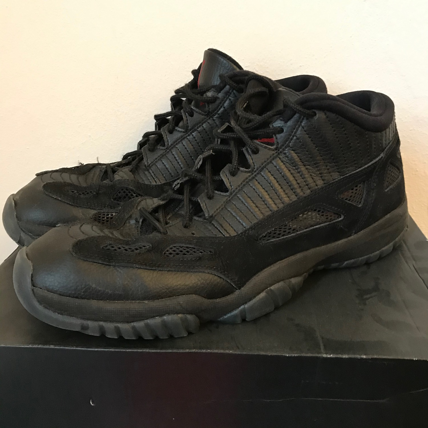 air jordan 11 retro low noir rouge