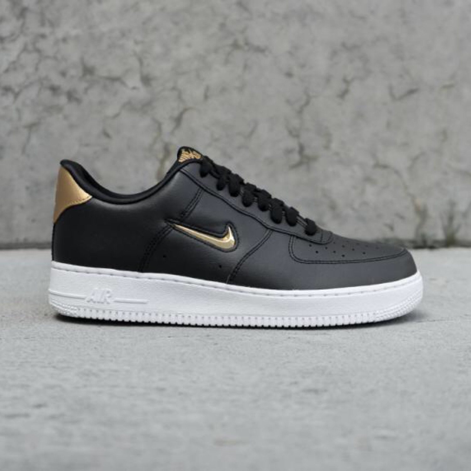 Nike Air Force 1 07 Lv8 Leather Black And Gold